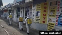 Өзгөчө кырдаалдар министрлигинин кызматкерлери коронавируска каршы дезинфекция иштерин жүргүзүүдө. Июнь, Бишкек.
