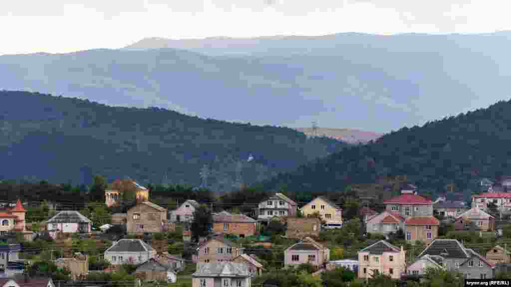 Дальше за домами и ближним лесистым склоном начинается Добровская долина, а за ней – отроги Долгоруковской яйлы