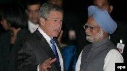 Президент США Джордж Буш беседует с премьер-министром Индии Манмоханом Сингхом по прибытии в Дели