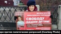 Участница пикета в центре Москвы, 7 декабря 2019 года