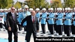 Президент Казахстана Нурсултан Назарбаев (справа) на церемонии приветствия держит за руку своего турецкого коллегу Реджепа Тайипа Эрдогана. Анкара, 13 сентября 2018 года.