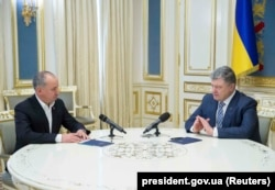 Then-President Petro Poroshenko (right) meets with head of the SBU, Vasyl Hrytsak, in Kyiv in March 2018. Experts believe Poroshenko lacked the political will to carry out reforms of the agency.