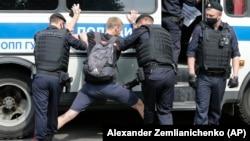 Задержания на пикетах в поддержку Ивана Сафронова в Москве. Июль 2020 года