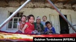 Чоң апасынын колунда калган балдар. Баткен облусунун Лейлек районунун Раззаков айылы.