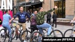 Իրանցի զբոսաշրջիկները Երևանի Հյուսիսային պողոտայում: