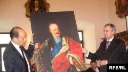 Мацей Радзівіл перадае экспанаты для будучага музэю міністру культуры Паўлу Латушку.