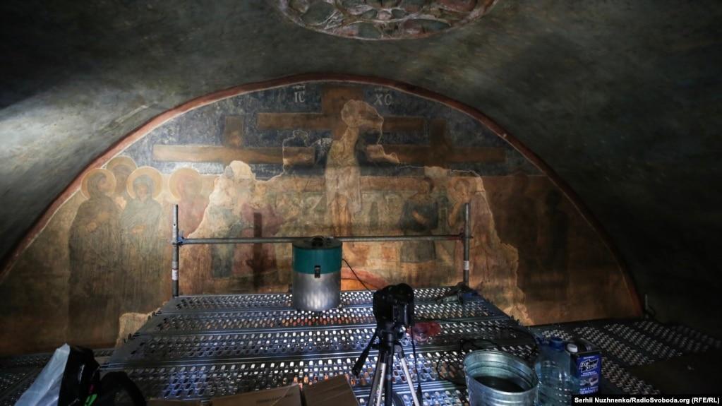 Реставратори відмивають фрески і мозаїки ХІ сторіччя у храмі