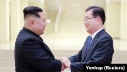 Kim Jong Un (solda) Pxenyanda prezidentin Milli Təhlükəsizlik İdarəsinin rəhbəri Chung Eui-yong ilə görüşür