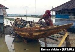 Деревенский мастер почти доделал новую лодку