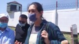 Асия Тулесова у здания следственного изолятора, который она покинула после приговора. Алматы, 12 августа 2020 года.