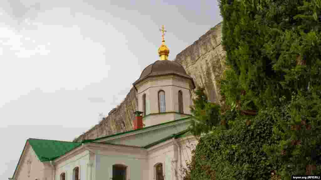 Храм великомученика Пантелеймона Цілителя. Вівтарна частина храму видовбана в скелі