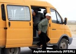 Родственники подсудимых по делу о событиях в Шетпе выходят из приехавшего в Актау автобуса.