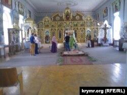 Обряд хрещення в церкві УПЦ Київського патріархату в Сімферополі