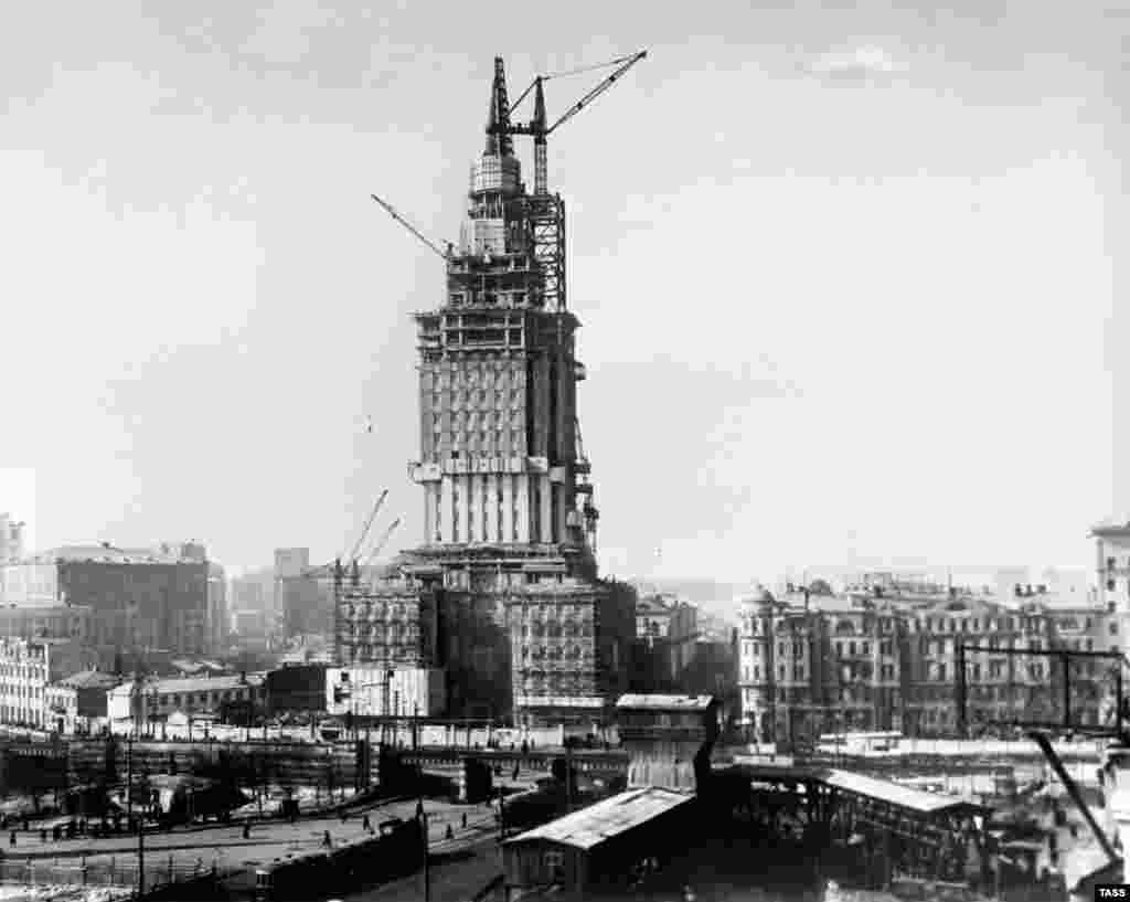 Строительство гостиницы «Ленинградская» в 1953 году. Советский лидер Иосиф Сталин приказал своим архитекторам доказать через возведение высоток, что СССР «не обескровлен» после разрушительной Второй мировой войны.