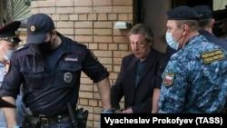 Михаил Ефремов в сопровождении сотрудников ФСИН перед доставкой на очередное заседание суда по его делу