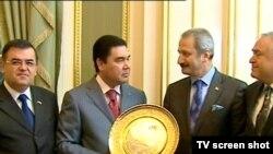 Türkmenistanyň prezidenti Gurbanguly Berdimuhamedow we Türkiýäniň ykdysadyýet ministri Zafer Çaglaýan (sagdan ikinji) Aşgabatda, 2010-njy ýylyň aprel aýy.