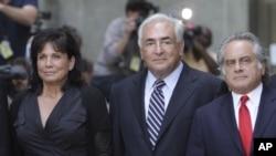 Домінік Стросс-Кан (с) із дружиною Анн Сінклер (л) і адвокатом після засідання суду в Нью-Йорку 23 серпня 2011 року