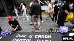 """Performans organizacije """"Žene u crnom"""" o genocidu u Srebrenici, Beograd, foto: Vesna Anđić"""