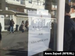 Građani Kosova i dalje čekaju na vize pred ambasadama (Foto: ispred Ambasade Mađarske u Prištini, decembar 2018)