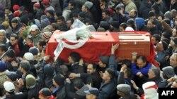 تابوت شکری بلعید، رهبر چپگرای مخالف با حکومت مذهبی در تونس.