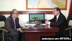 Yerevan - Azadlıq Radiosunun Ermənistan xidmətinin rəhbəri Hrair Tamrazian (solda) və müdafiə nazirinin müavini Davit Tonoyan
