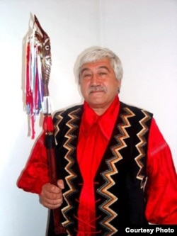 Профессор Астайбек (Виктор) Бутанаев хакас улуттук кийими менен.