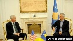 Hašim Tači i Ron Džonson na Kosovu