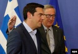 Прем'єр-міністр Греції Алексіс Ципрас (ліворуч) та голова Єврокомісії Жан-Клод Юнкер. Брюссель, червень 2015 року