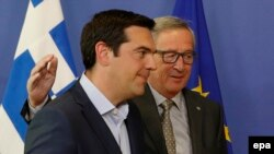Preşedintele Comisiei Europene, Jean-Claude Juncker (dreapta) şi premierul Greciei, Alexis Tsipras, la Bruxelles