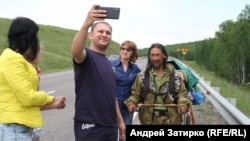 Aleksandr Gabyshev walked more than 2,000 kilometers in 2019. Videos of his conversations with people were posted on social media and attracted millions of views.