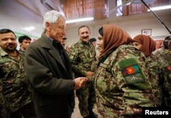 Чак Хейгел благодарит сержанта афганской армии за успехи в службе