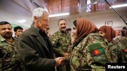 Американскиот секретар за одбрана Чак Хејгл во посета на воен тренинг центар во Кабул