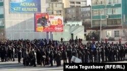 Ынтымақ алаңына жиналған қарапайым халық пен полиция. Ақтау, 18 желтоқсан 2011 жыл. (Көрнекі сурет).