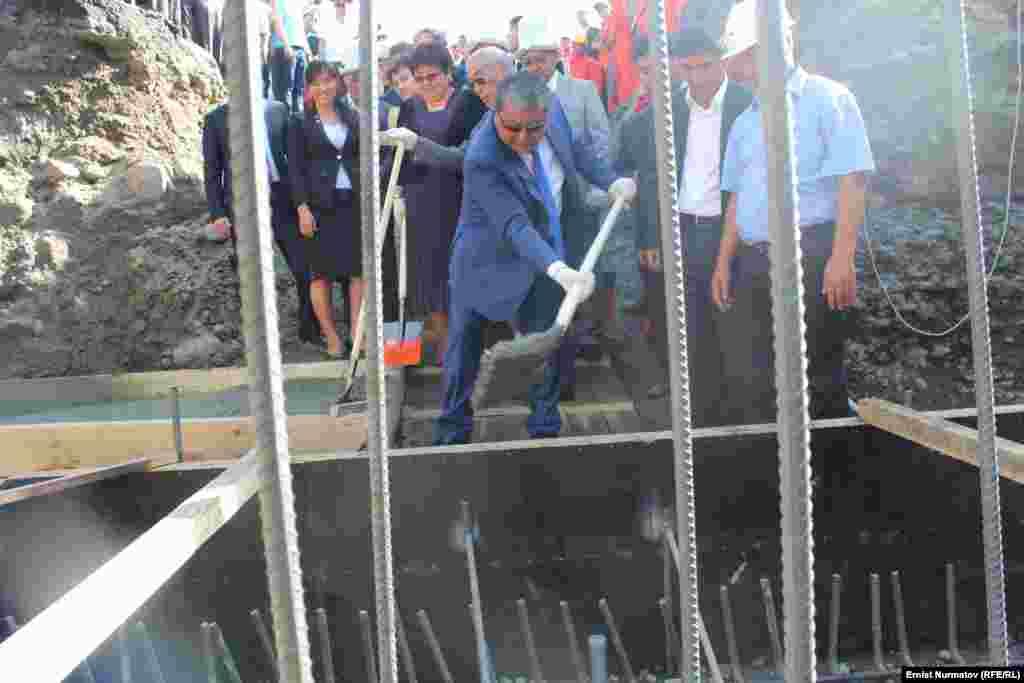 Сотрудники мэрии перевели свою однодневную зарплату на счет строительства эстакадного моста