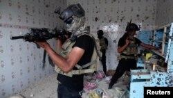 عناصر من قوة أمنية عراقية في تفتيش عن أسلحة بالرمادي