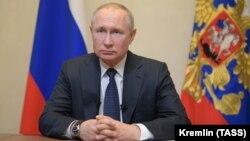 Руският президент Владимир Путин по време на телевизионното обръщение, в което отменя насрочения за април референдум заради заразата с COVID-19