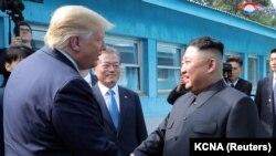Доналд Тръмп и Ким Чен Ун се срещнаха в демилитаризираната зона между Северна и Южна Корея в неделя