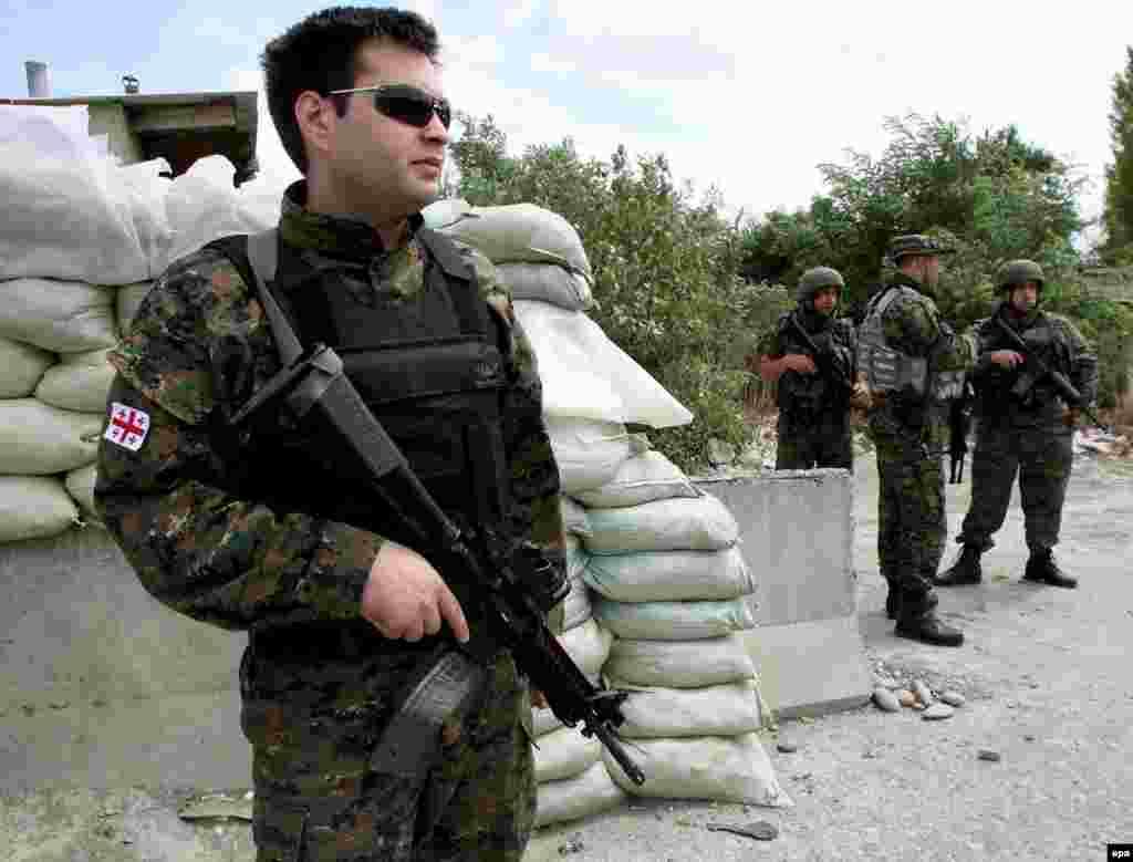 По версии Тбилиси, после обстрелов грузинских деревень промосковскими сепаратистскими силами из Южной Осетии, ночью 7 августа Грузия начала бомбардировки Цхинвали. Грузинские войска захватили значительную часть города. На фото грузинские военные занимают позиции возле приграничного с Южной Осетией села Эргнети. 5 августа 2008 года.