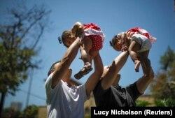 Американцы Джейсон Хоув и Эдриан Перес (на фото - со своими годовалыми дочками-близняшками) были вынуждены заключать брак в Испании, сделать это у себя на родине, в Калифорнии, им удалось только после соответствующего решения Верховного суда США