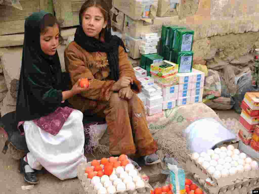 کودکان در افغانستان در سنین پایین کار میکنند