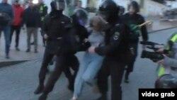 Полицейский наносит удар Дарье Сосновской в живот