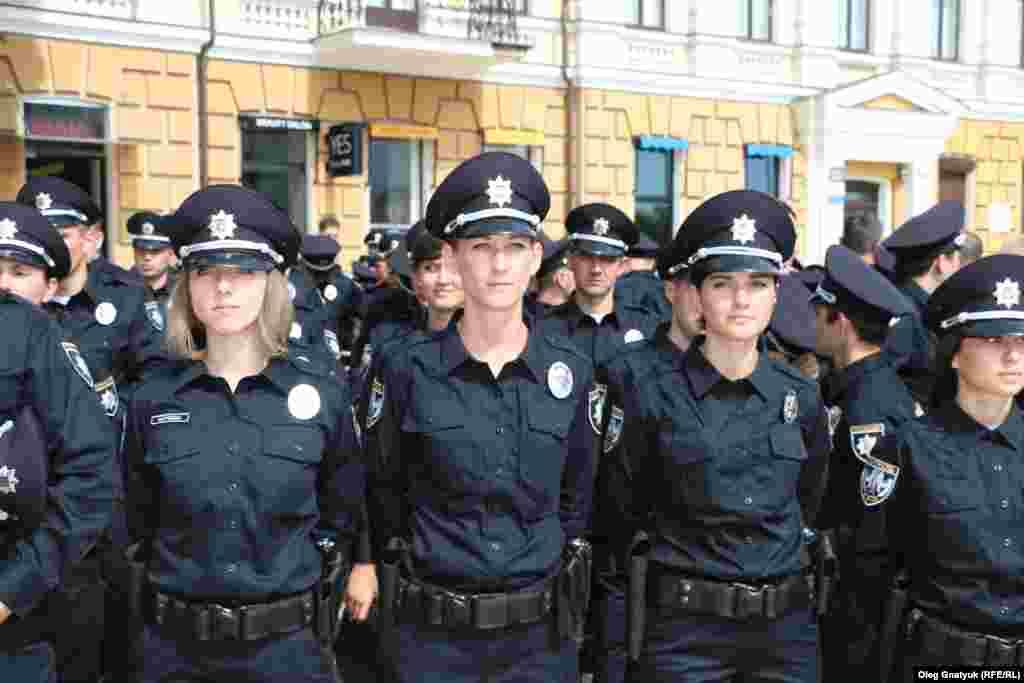 Дівчата-поліцейські готуються присягти на вірність народу України