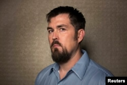"""Marcus Luttrell, americanul salvat în Afganistan pozînd pentru publicitatea filmului """"Lone Survivor"""" în 2013 la New York"""