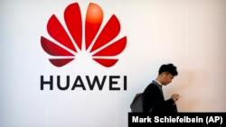 مدارک شرکت هوآوی در سال ۲۰۱۰ نشان میدهند که اين شرکت به طور مستقيم در ارسال قطعات کامپيوتری محصول آمريکا به ايران که ناقض تحريمهای تجاری است مشارکت داشته.