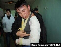 Жаңаөзен тұрғыны Аманжол Әжігітов қолына оқ тигенін айтып тұр. Ақтау ауруханасы, 18 желтоқсан 2011 жыл.