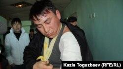 Житель Жанаозена Аманжол Ажигитов, находящийся в больнице Актау, показывает забинтованную руку, раздробленную, по его словам, автоматной пулей. Актау, 18 декабря 2011 года.