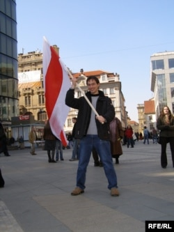 Уладзя Каткоўскі са сьцягам у Празе, сакавік 2006