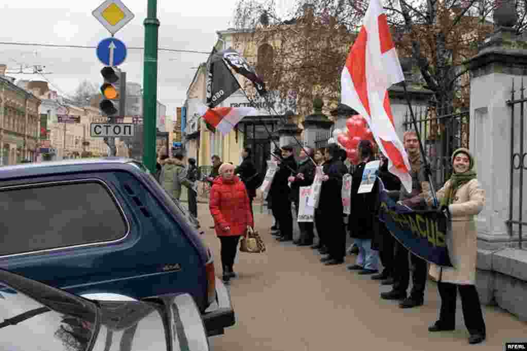 В течение часа пикетчики пытались привлечь внимание прохожих к положению белорусских политзаключенных...