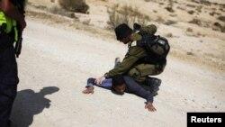 Ізраїльський солдат і підозрюваний у несанкціонованому перетині кордону, 18 червня 2012 року