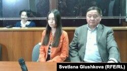 Сотталушы Анар Мешімбаева (сол жақта) және оның қызы мен әкесі. Астана, 14 ақпан 2014 жыл.